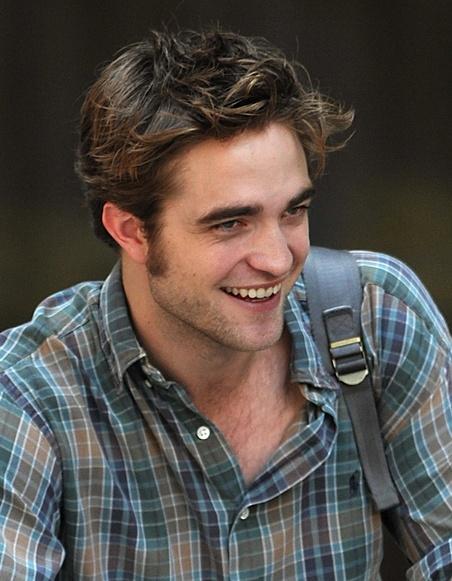 robert-pattinson-with-bike-on-rememeber-me-set-01 Robert Pattinson